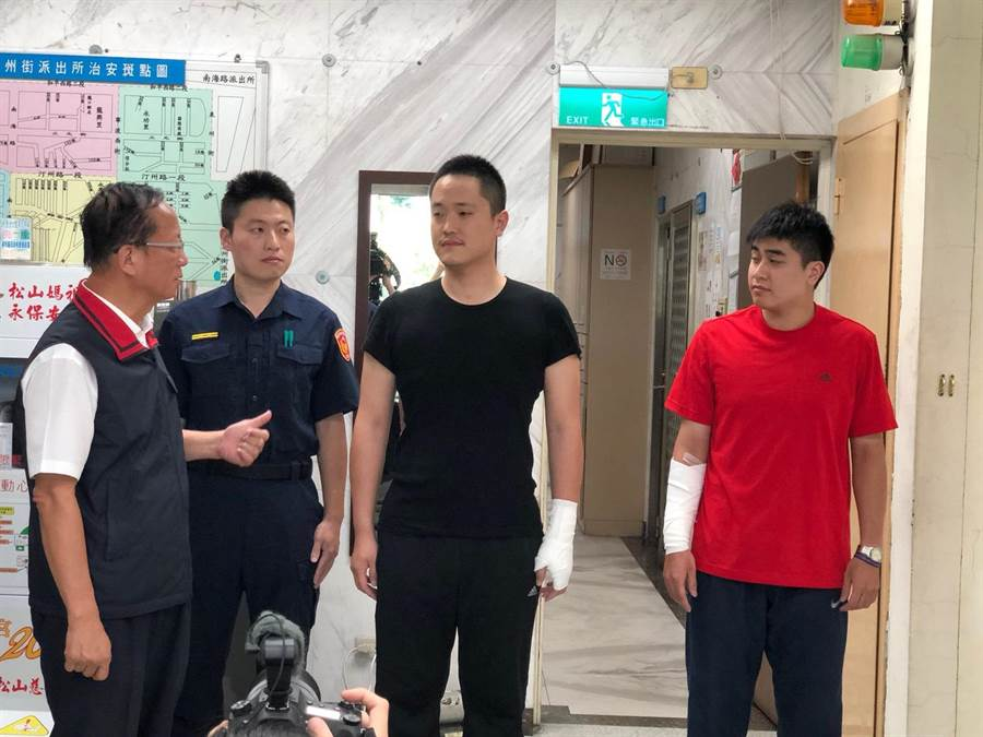 台北市警局局长陈嘉昌赴泉州所慰问2名受伤员警。〔谢明俊翻摄〕
