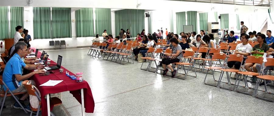 ▲縣府在漳興國小辦理的「108學年度國民中小學新生常態編班作業」,各校都派代表到場關心。(楊樹煌攝)