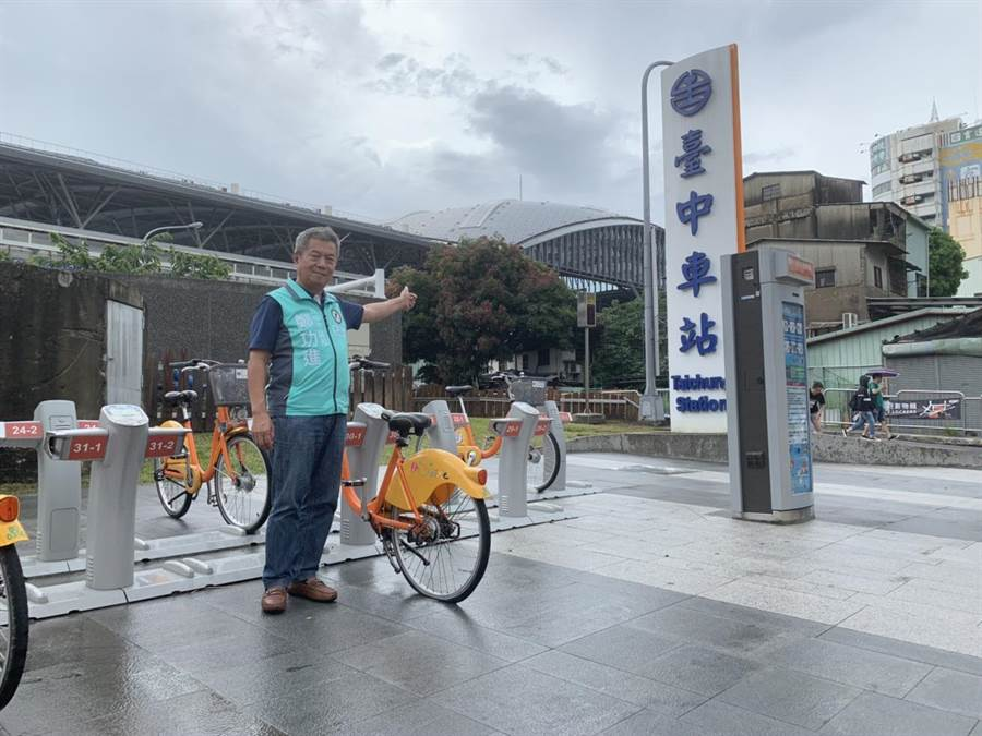台中火車站ibike新熱點,市議員鄭功進期盼結合購物節拼優惠,鼓勵更多人騎iBike參與台中購物節。(陳世宗攝)