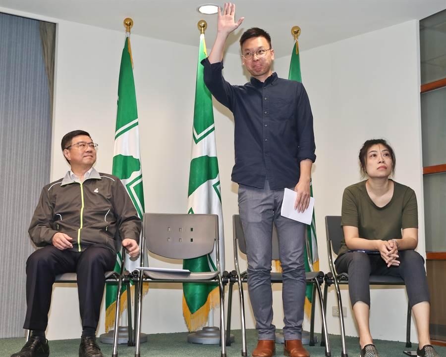 太陽花學運領袖林飛帆(右二)接任民進黨副祕書長。(劉宗龍攝)