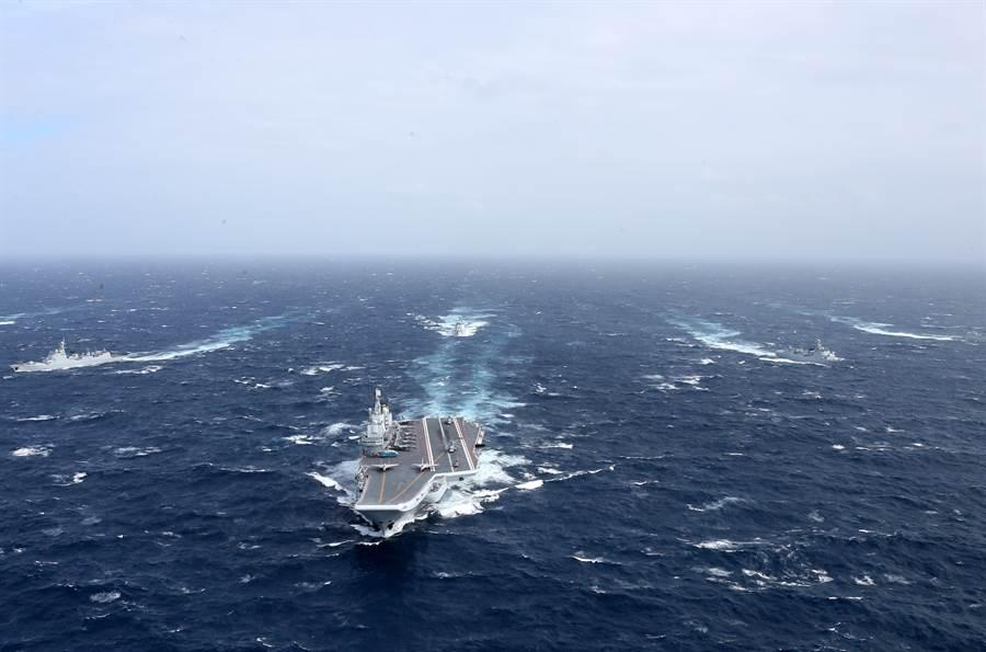 「遼寧」艦航母編隊向西太平洋航渡的資料照。(新華社)