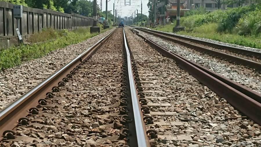 台鐵內壢中壢區間軌道彎曲,整順列車延誤1至2分。(台鐵提供)