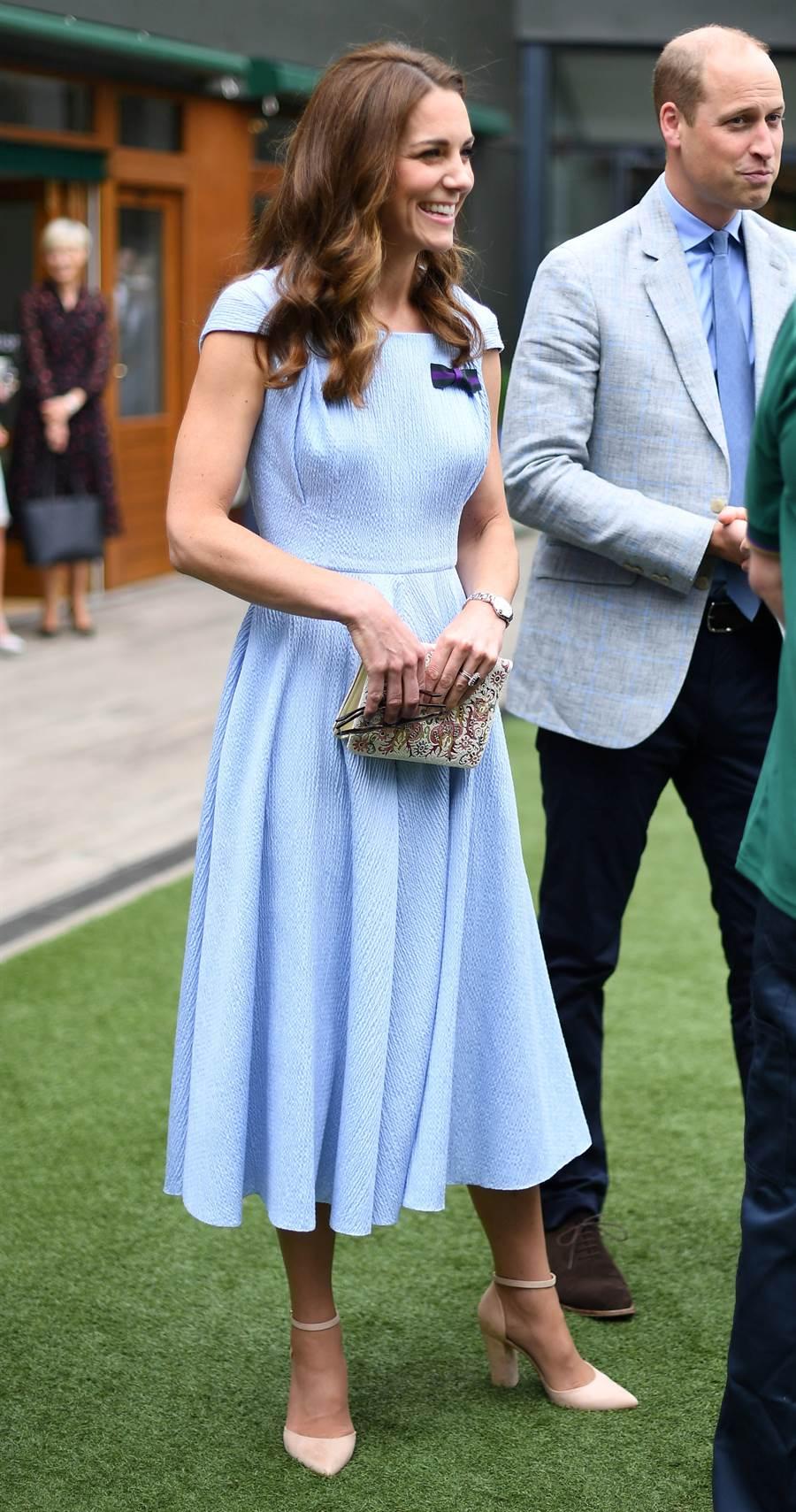 凱特身穿英國設計師Emilia Wickstead的客製長洋裝,搭配Aldo的裸色尖頭高跟鞋。(圖/達志影像)