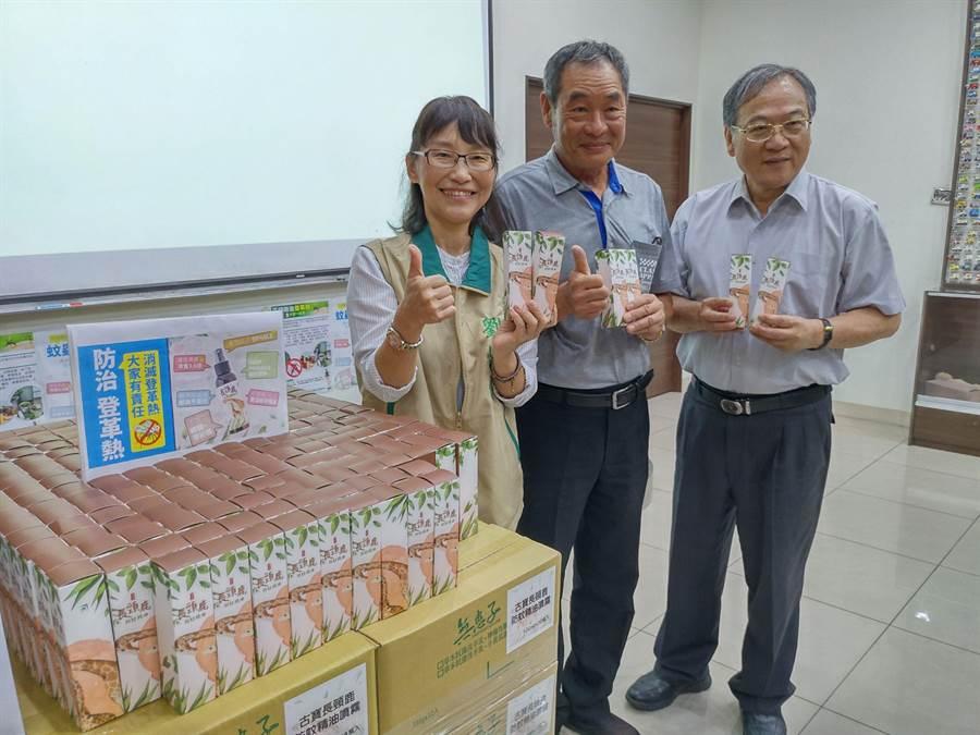 台南安定古寶無患子生技公司負責人王高榮(中)捐贈2200瓶自家生產的防蚊液,由南市民政局代表接受,將分送居民、志工及第一線防疫人員。(莊曜聰攝)