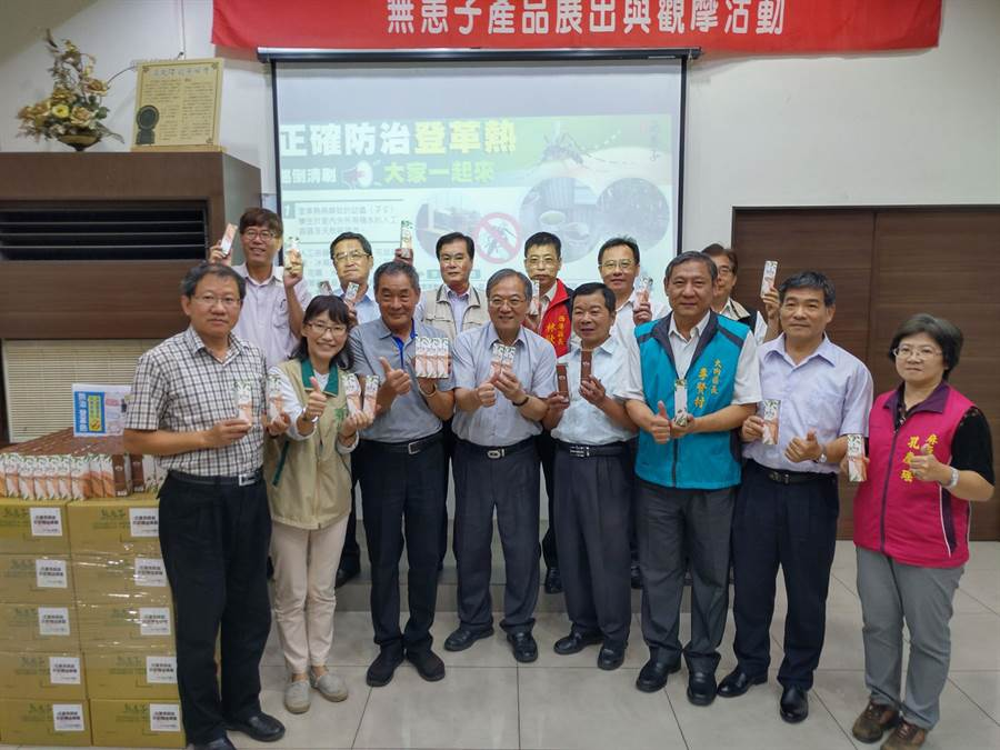 台南安定古寶無患子生技公司負責人王高榮捐贈2200瓶自家生產的防蚊液,由南市民政局代表接受,將分送居民、志工及第一線防疫人員。(莊曜聰攝)