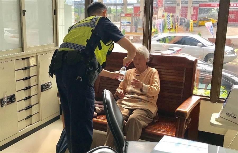 炎炎夏日76歲黃姓婦人迷失方向,台中市警局第四分局春社派出所員警,將阿嬤帶回所內,並提供飲水,以防中暑。(黃國峰翻攝)