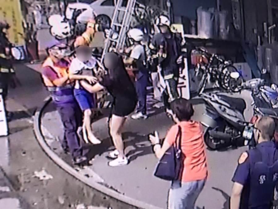 消防人员抢救出火场受困的男童。(消防局提供)