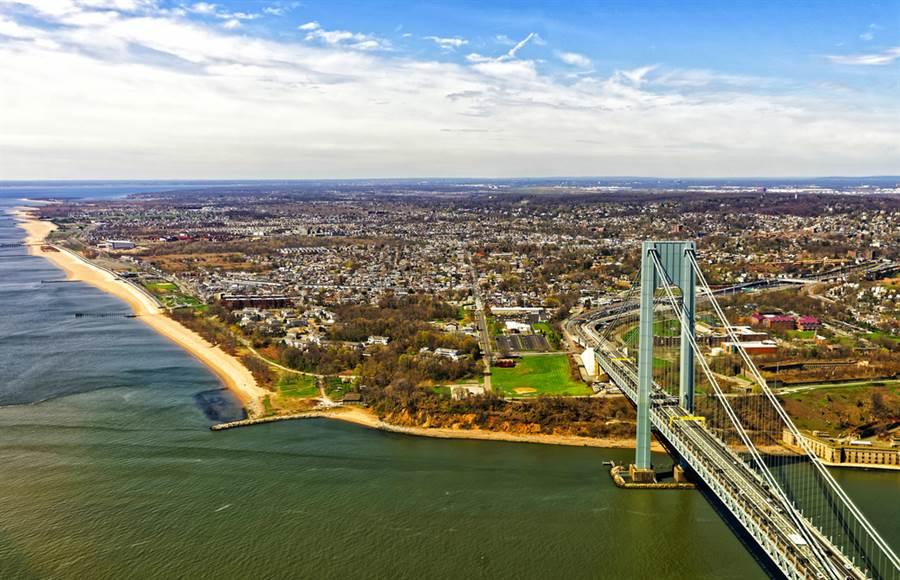 從紐約布魯克林區望過去的史塔登島,畫面左側沿岸未來將建造高約6公尺、長達8.5公里的防波堤。(圖/shutterstock)