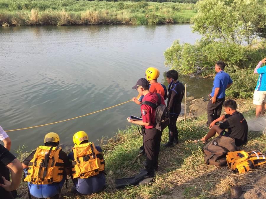 苗栗縣消防局獲報後派員前往搜救。(何冠嫻翻攝)