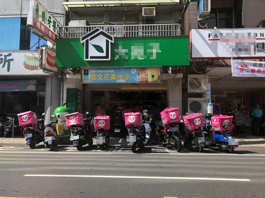 飲料店停7機車 網:外送總部?(圖/ 翻攝自臉書@爆廢公社二館)