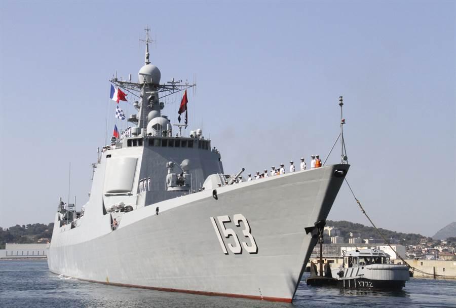 大陸導彈驅逐艦052C西安艦7月初在法國土倫港與法國海軍進行反恐與海上聯合搜救演習。(圖/新華社)