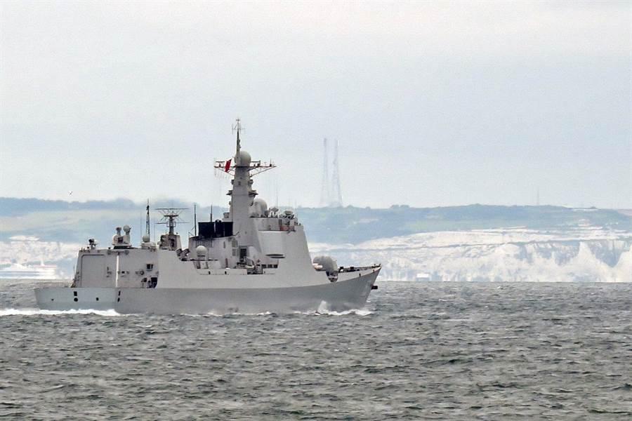 中共海軍052C導彈驅逐艦西安艦穿越英吉利海峽,英軍派艦全程監控。(圖/推特@wave105radio)