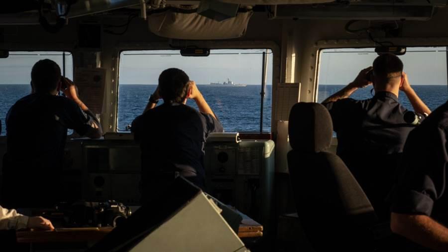英國皇家海軍聖奧爾本斯號護衛艦全程監控中共西安艦通過英吉利海峽。(圖/推特@wave105radio)