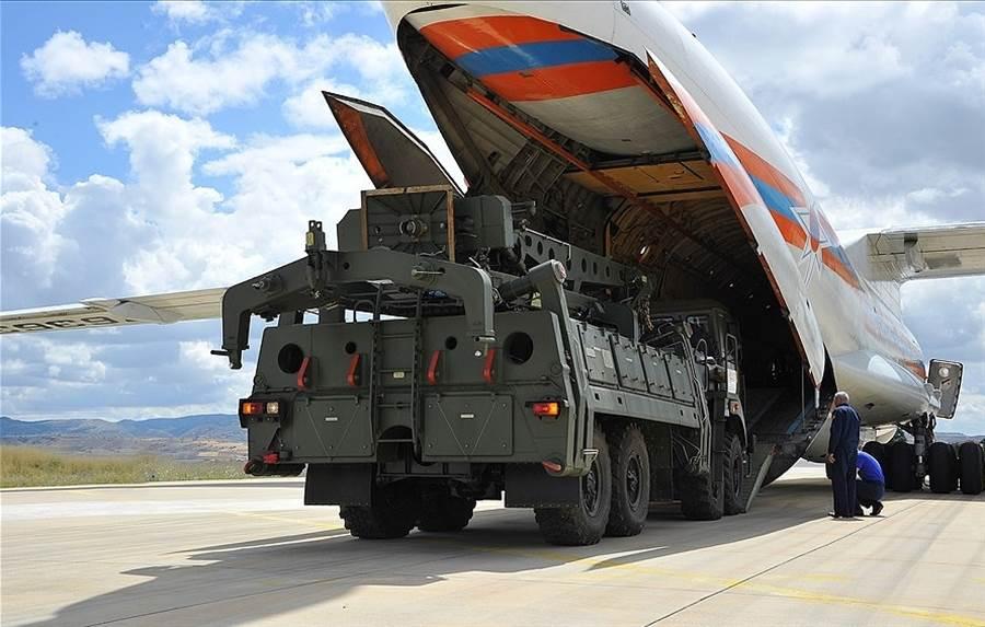 土耳其向俄羅斯購入的S-400各項裝備陸續以安-124大型運輸機運抵安卡拉。(圖/土耳其國防部)