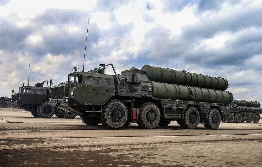 俄羅斯預備運送到土耳其的S-400導彈發射車。(圖/塔斯社)