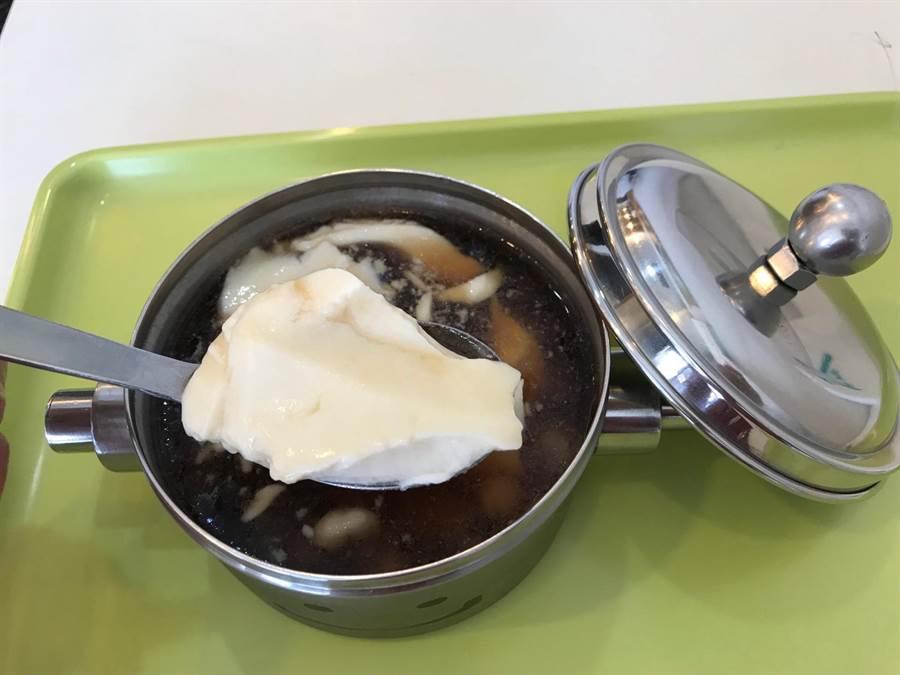 台中市西屯區的「打鐵豆花」,豆花裝在鐵製的微笑便當盒,被客人稱為「鐵」定好吃的豆花。(盧金足攝)