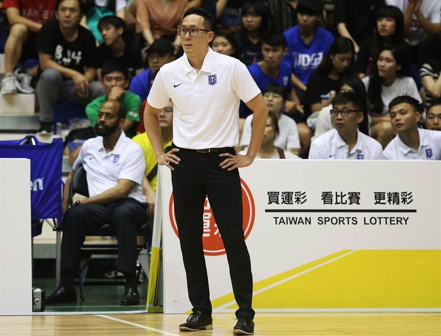 為了表達中立,外籍教練帕克下半場都讓助教吳永仁負責中華藍調度工作。(瓊斯盃提供)