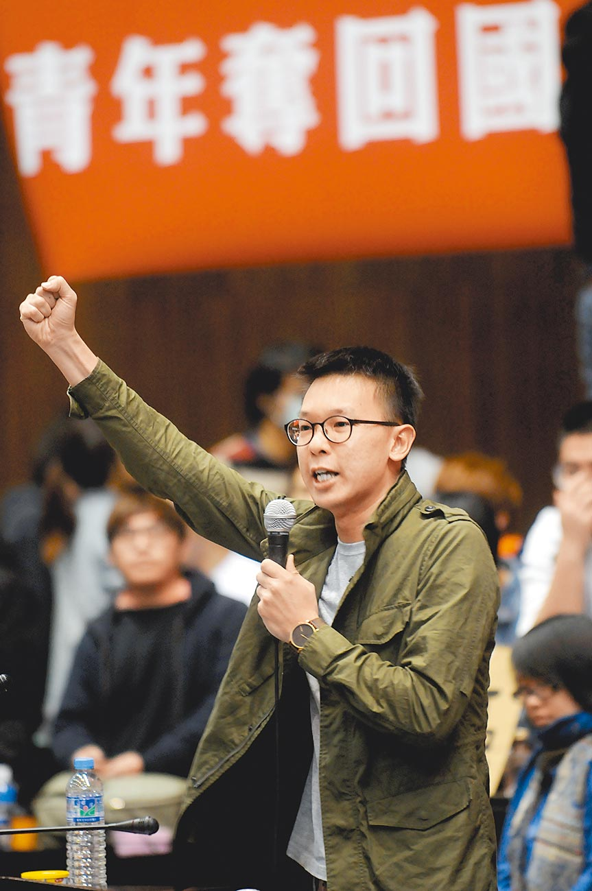 图为反服贸学生占领立法院议场时,学生代表林飞帆带着场内学生喊口号,表达不满。(本报资料照片)