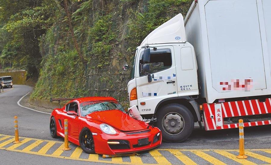 保時捷跑車不明原因駛入對向車道,與大貨車對撞。(民眾提供)