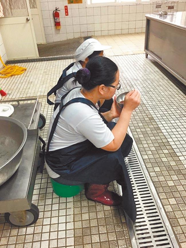 台灣校廚勞動條件低落,不少校廚甚至連用餐環境也沒有,不僅領低薪還要負擔龐大工作量,暑假一休就是2個月,再有熱情也捱不住生活壓力。(吳堂靖翻攝)
