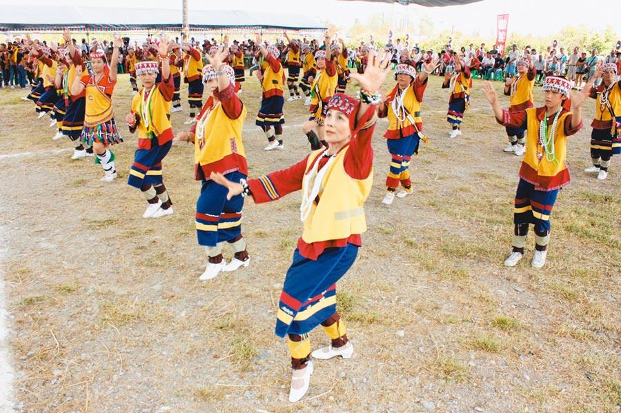 原住民族語進入維基百科,撒奇萊雅語可望打頭陣。圖為撒奇萊雅族婦女慶祝豐年祭。(本報資料照片)