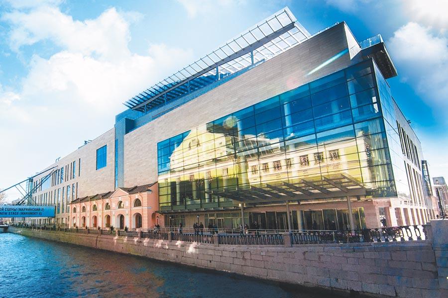 馬林斯基劇院可說是芭蕾舞的夢工廠,6年前第二舞台啟用後,馬林斯基芭蕾舞團的表演量大增。劇院玻璃中映照的,正是隔著涅瓦河相對的老劇院。(牛耳藝術提供)