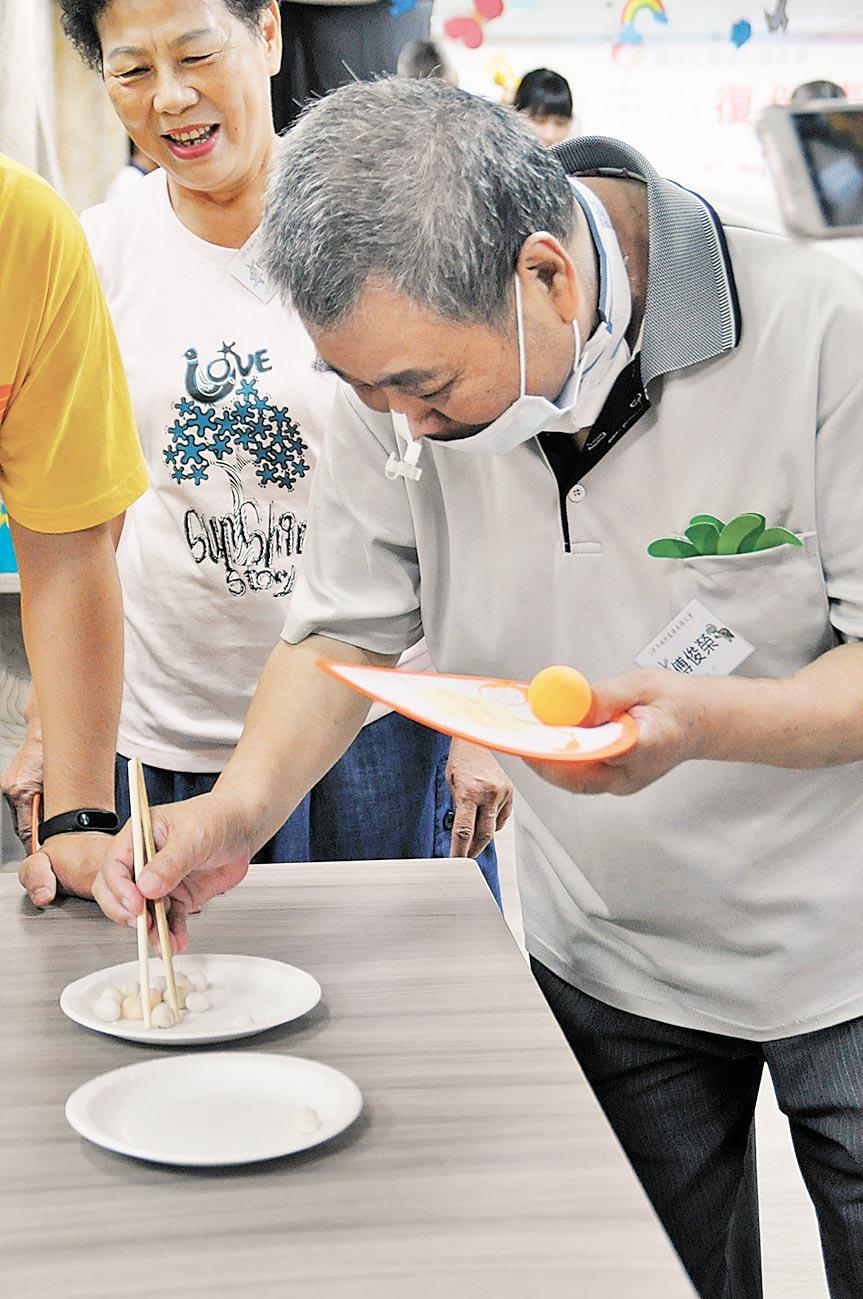 傅俊榮罹癌後積極復健,在妻子的陪伴下,不放棄生命成為其他病友的模範。(陽光基金會提供)