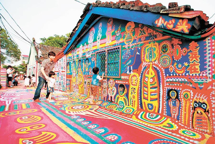 彩虹眷村色彩繽紛充滿童趣的彩繪巷道,吸引許多遊客慕名前往參觀,讓這個孤寂眷村熱鬧起來。(陳世宗翻攝)