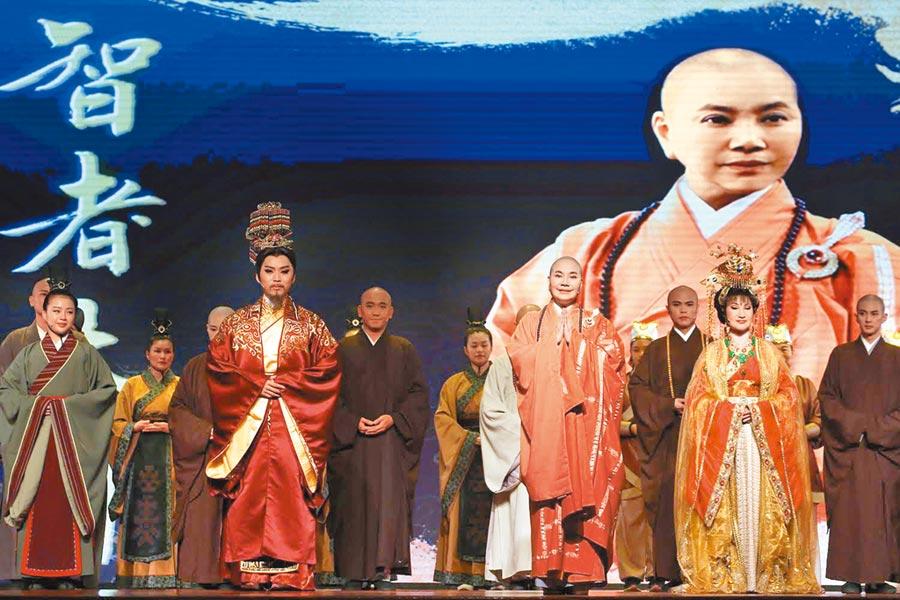 唐美雲(左)海外演出《智者大師》獲熱烈回響,觀眾太感動久久不散。