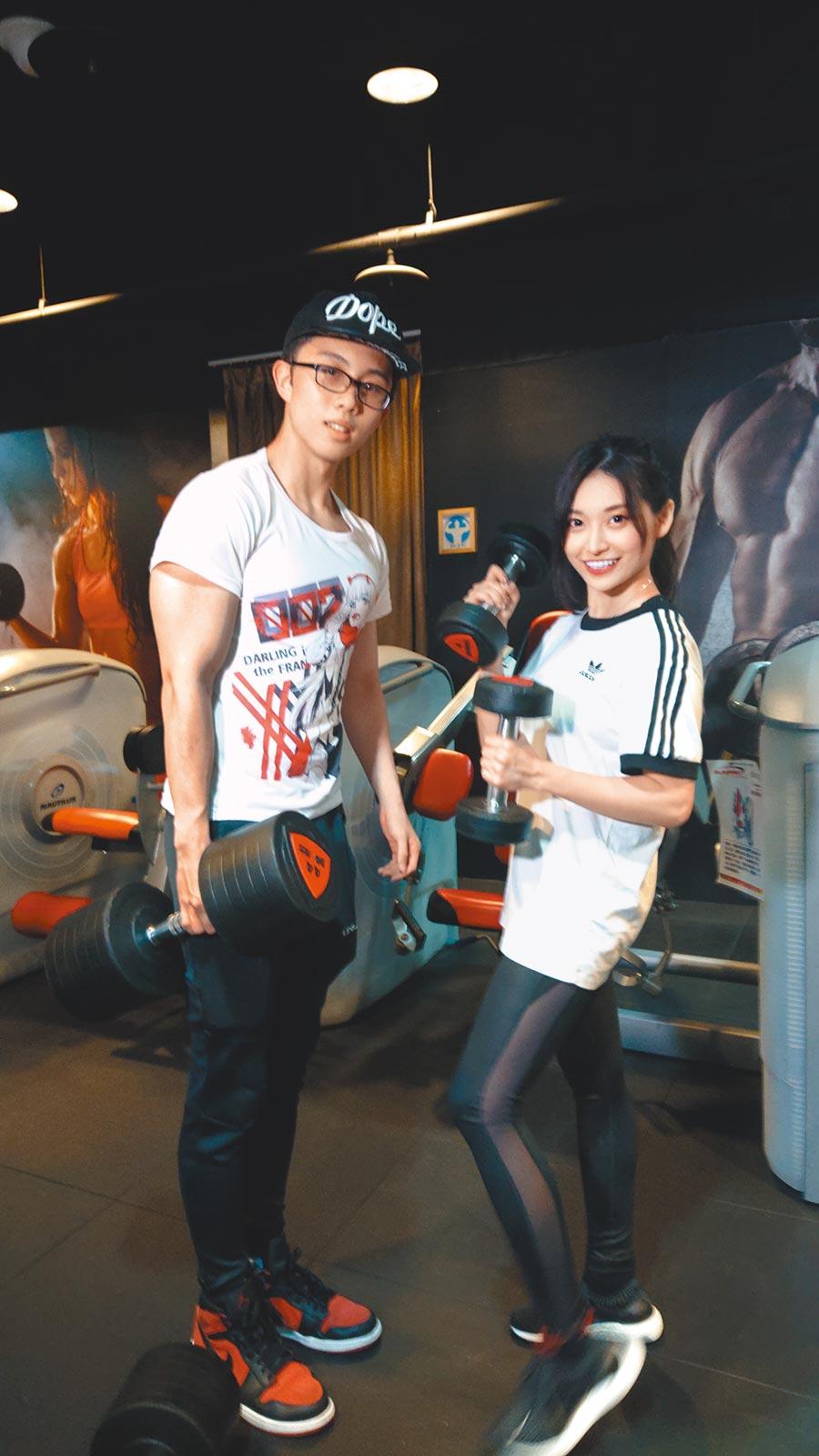 孫安佐(左)日前邀祈錦鈅合作拍攝健身影片。