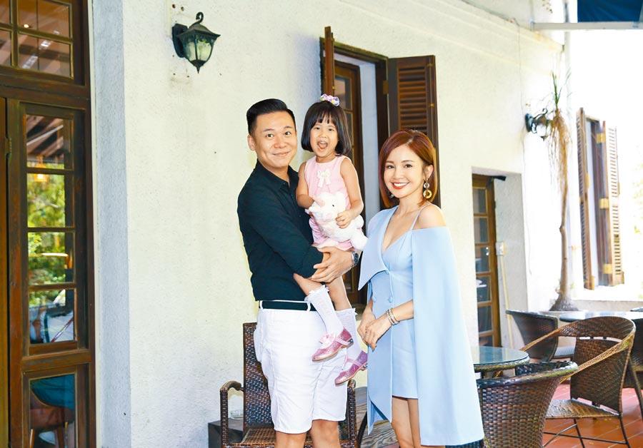 孫樂欣(左起)帶大女兒小乖出席老婆鍾欣怡見面會。(陳俊吉攝)