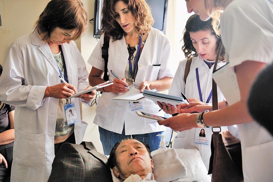 2017年7月上旬,11名西班牙「洋中醫」來到昆明市的雲南省中醫院,開始為期3周的推拿和針灸學習。(中新社)
