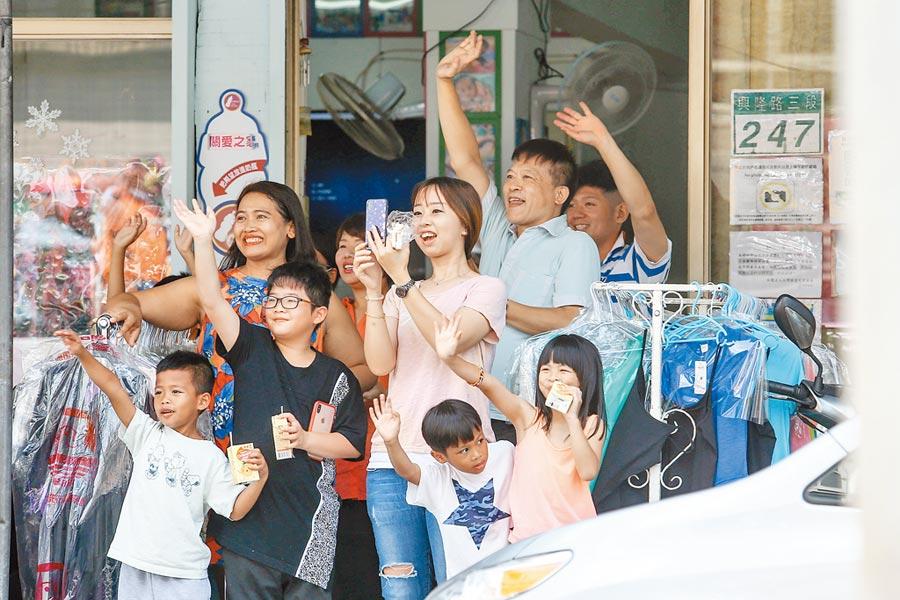 國民黨初選結果15日將出爐,郭台銘14日前往台北市文山區掃街。(本報系記者鄧博仁攝)