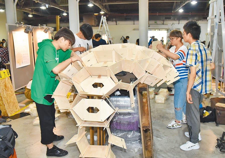 瀋陽建築大學學生在中建海峽盃建構模型。(本報系記者林瑞益攝)