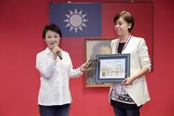 從台中公園唱到金曲獎!盧秀燕頒發榮譽獎章表揚江惠儀