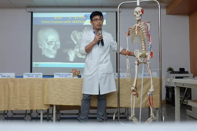 醫師解釋骨盆骨折具有較高的致死率與致殘率。(張朝欣攝)