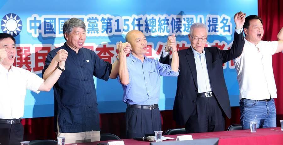 高雄市長韓國瑜(中)將代表國民黨角逐2020總統,與國民黨主席吳敦義(右二)、前台北縣長周錫瑋(右一)、孫文學校校長張亞中(左二)、國民黨副主席郝龍斌(左一)齊喊團結口號。(黃世麒攝)