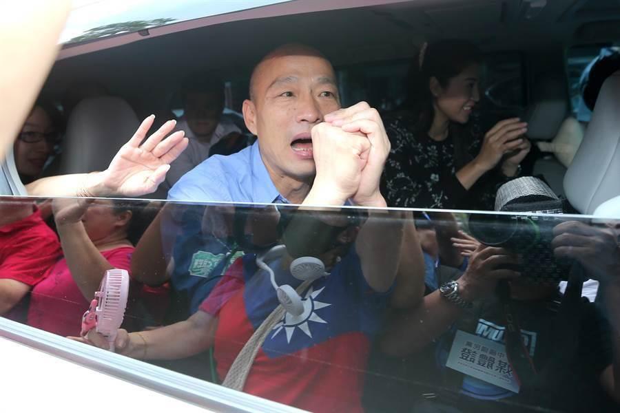 韓國瑜昨離開黨部時,降下車窗向支持者拱手致意。(資料照,黃世麒攝)