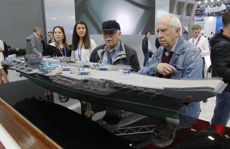 俄羅斯7月11日在聖彼得堡的國際海事防務展中,秀出「海牛」核航母的模型,號稱未來它能搭載60架艦載機。(美聯社)