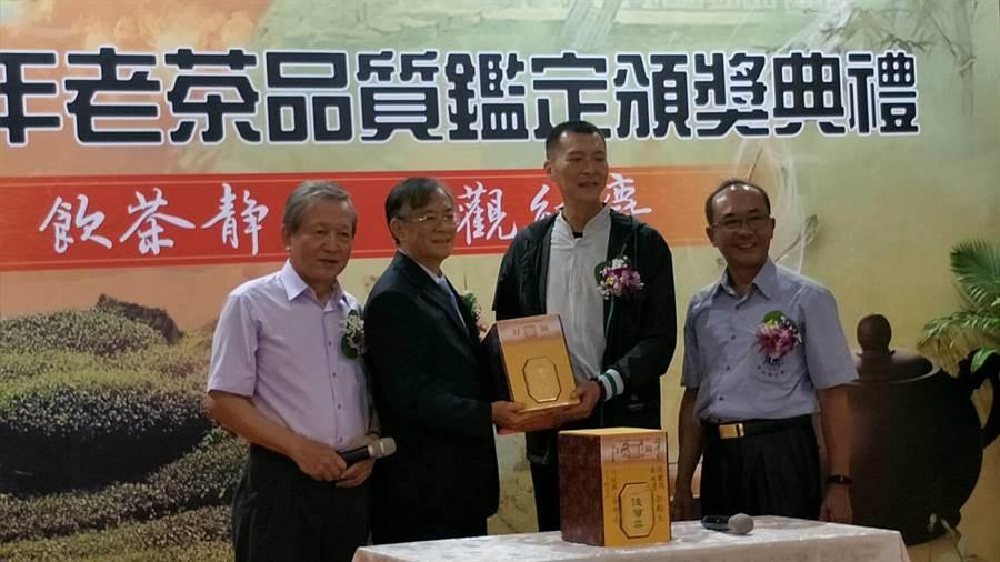 2019年老茶評鑑拍賣活動,金牌獎老茶以每斤25萬元高價拍出。(林欣儀攝)
