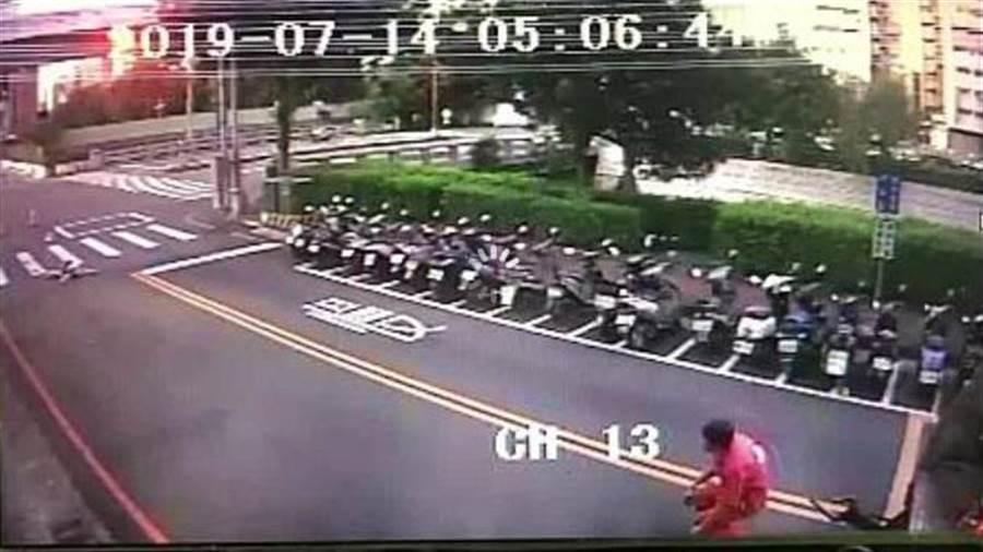车祸发生后,垃圾车司机发现妇人躺在血泊中当场腿软跪地。