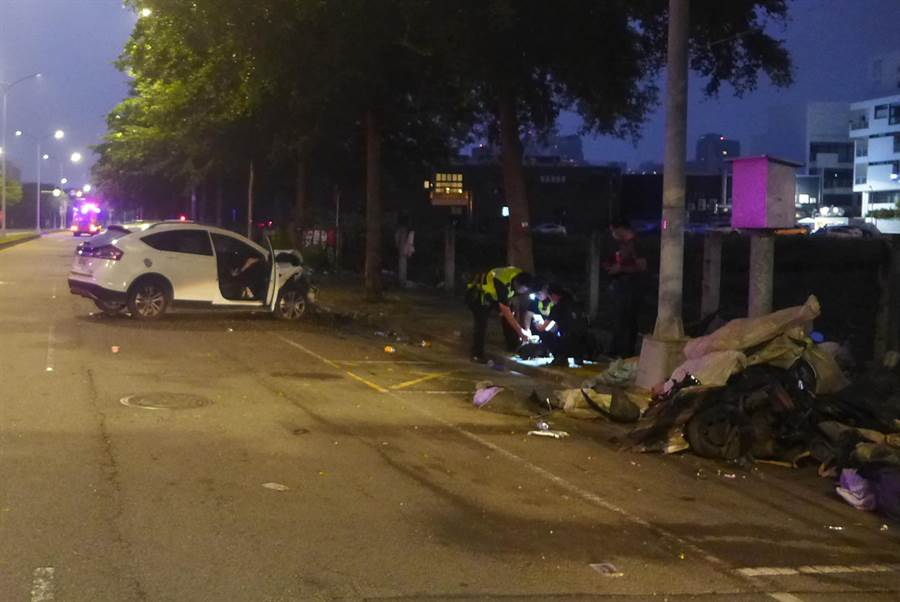 台中市一名黃姓男子,16日清晨酒後駕車,在龍富路4段、大墩十二街口,發生自撞,除自身受傷,還撞爛路旁一輛機車。(黃國峰翻攝)