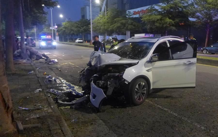台中市一名黃姓男子,16日清晨酒後駕車,在龍富路4段、大墩十二街口,發生自撞,車頭被撞爛。(黃國峰翻攝)