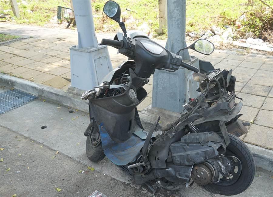 台中市一名黃姓男子,16日清晨酒後駕車,在龍富路4段、大墩十二街口,自撞受傷外,也撞上路旁一輛拾荒者的機車,該機車被撞得受損嚴重。(黃國峰攝)