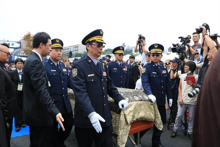 由鐵路警察局高雄分局長陳順和(左2)帶隊扶棺,陪同家屬移靈。(張亦惠攝)