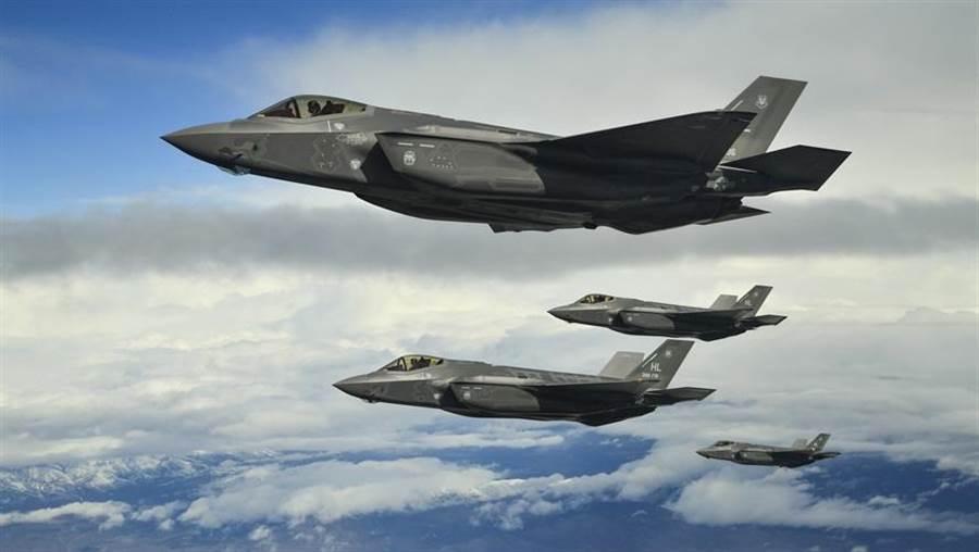 美國空軍F-35A戰機在猶他州測試與訓練場(Utah Test and Training Range)上空形成編隊的資料照。(美國空軍)