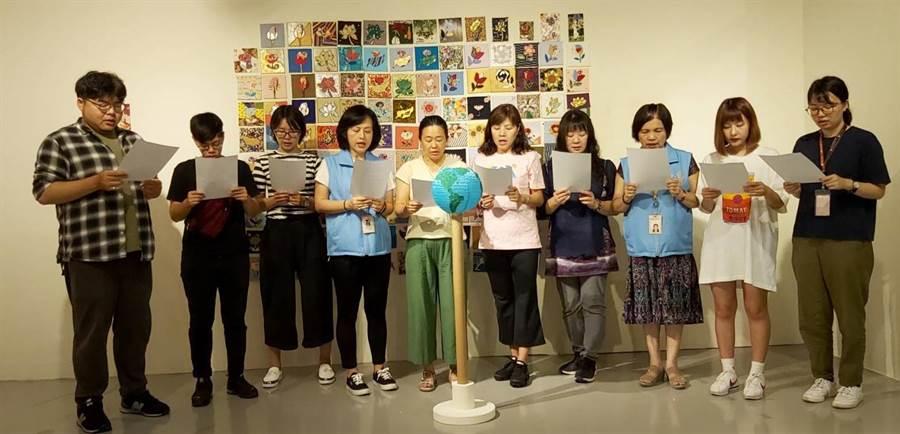 創作者廖芳英(左五)及宗博館志工,一起念祈願文,為地球獻上最深的祝福。(圖由世界宗教博物館提供)