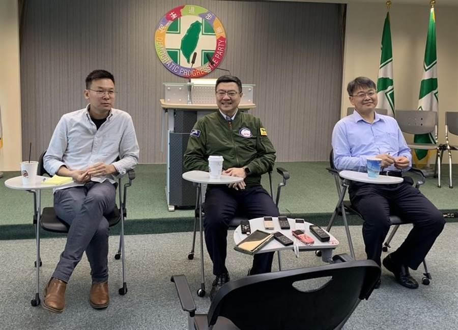 民進黨主席卓榮泰(中)率副秘書長林飛帆(左)、郭昆文(右)與媒體茶敘。(彭媁琳攝)