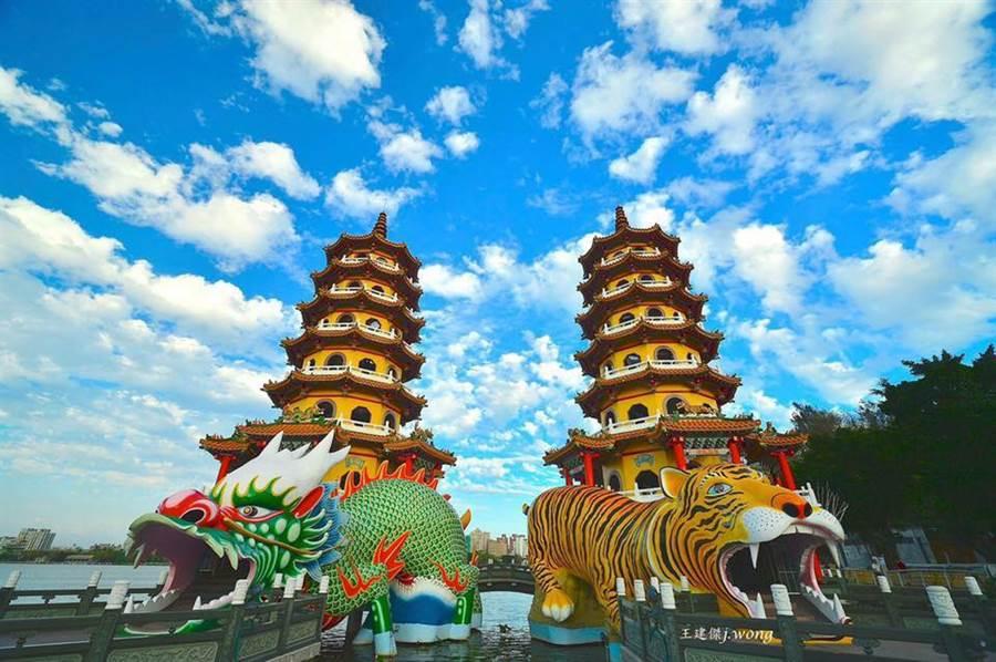 高雄市觀光局長潘恆旭在臉書貼出一張龍虎塔的照片,並寫下「龍虎並明寫春秋」。(翻攝自潘恆旭臉書)