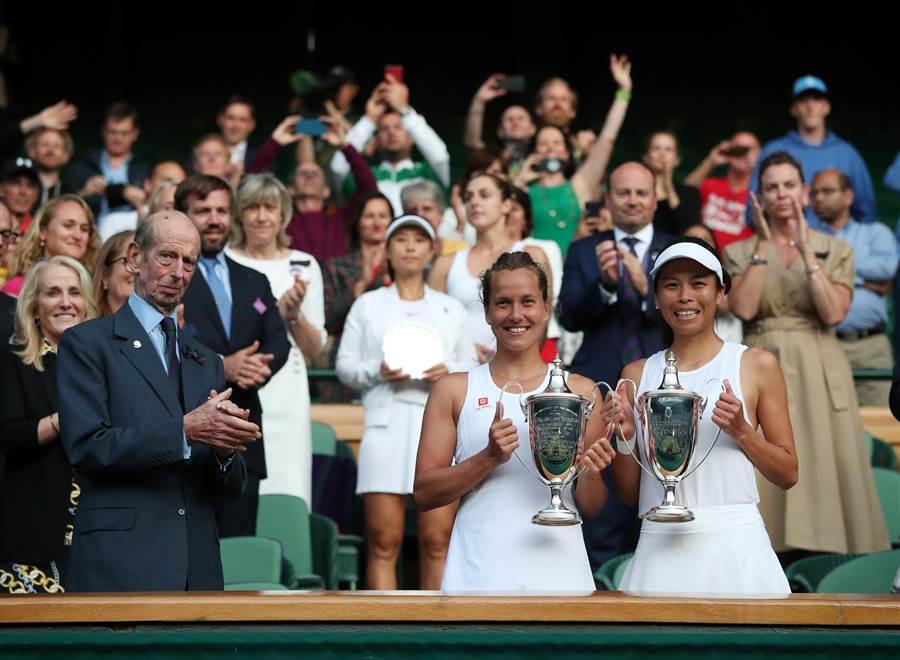 謝淑薇(前排右一)、史崔可娃(前排右二)攜手拿下兩人合作以來的第一座大滿貫女雙冠軍。(路透)